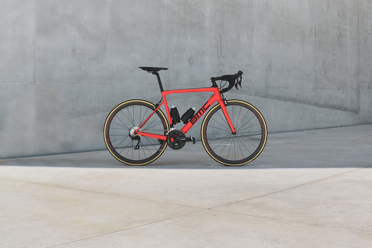 Vélo BMC avec des roues Alian par Matthieu Coin