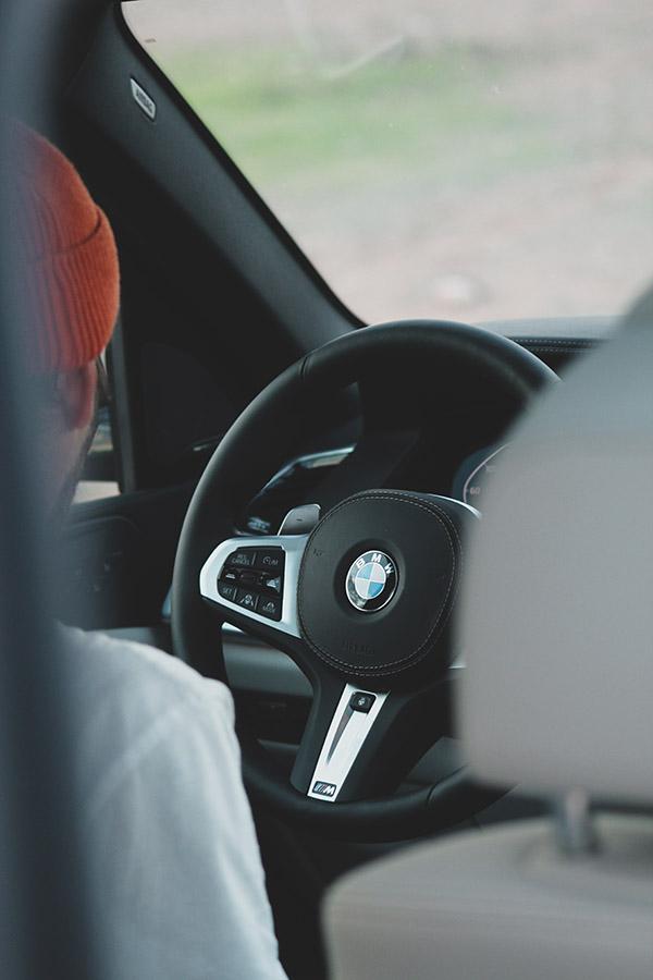 Photographie automobile du volant du BMW X5 par Matthieu Coin